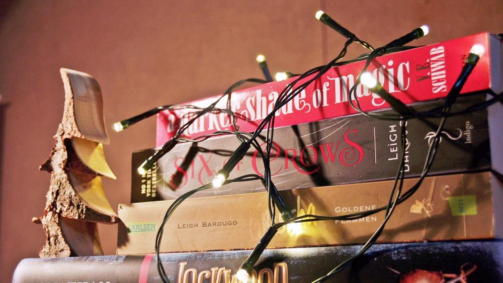 Bücher mit Lichterkette