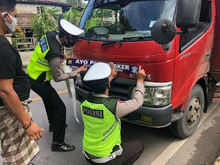 Pasangi Stiker Ayo Pakai Masker Pada Kendaraan Masyarakat, Salah Satu Bentuk Sosialisasi Sat lantas Polres Enrekang