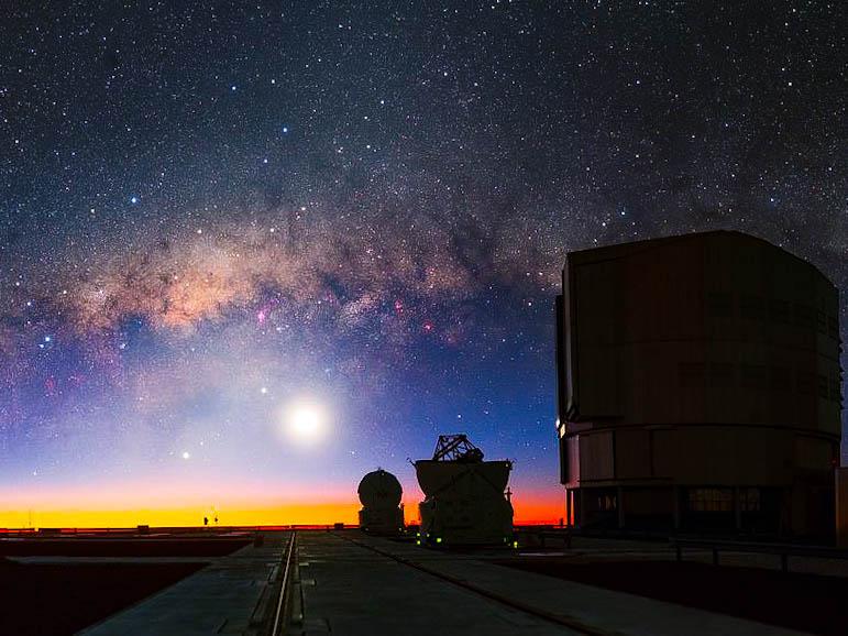 Um horizonte no céu dividido pela poeira da Via Láctea