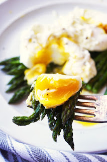 poached egg and asparagus vegetarian asparagus dish