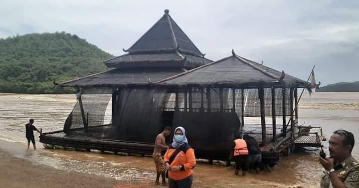 Kuasa Allah, Masjid Hanyut Ke Tengah Laut, Bergeser 1 Km, Kini Berhasil Diselamatkan