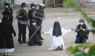 Biarawati Berlutut Memohon Aparat Hentikan Tindak Kekerasan Terhadap Demonstran