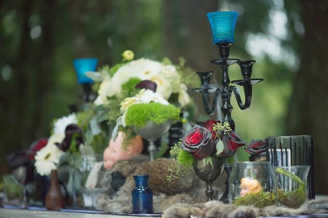 halloween+wedding+black+white+blue+red+rose+autumn+spooky+doll+head+skeleton+skull+wedding+reception+table+bouquet+offbeat+weird+unique+alternative+goth+gothic+bride+groom+kim+truelove+photography+7 - The Living meet the Dead