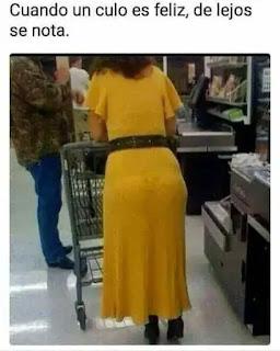 Mujer con traje amarillo con emoji carita sonriente en ropa interior