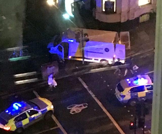 El Terrorismo golpea nuevamente al Reino Unido Una camioneta atropelló a varios peatones en #LondonBridge