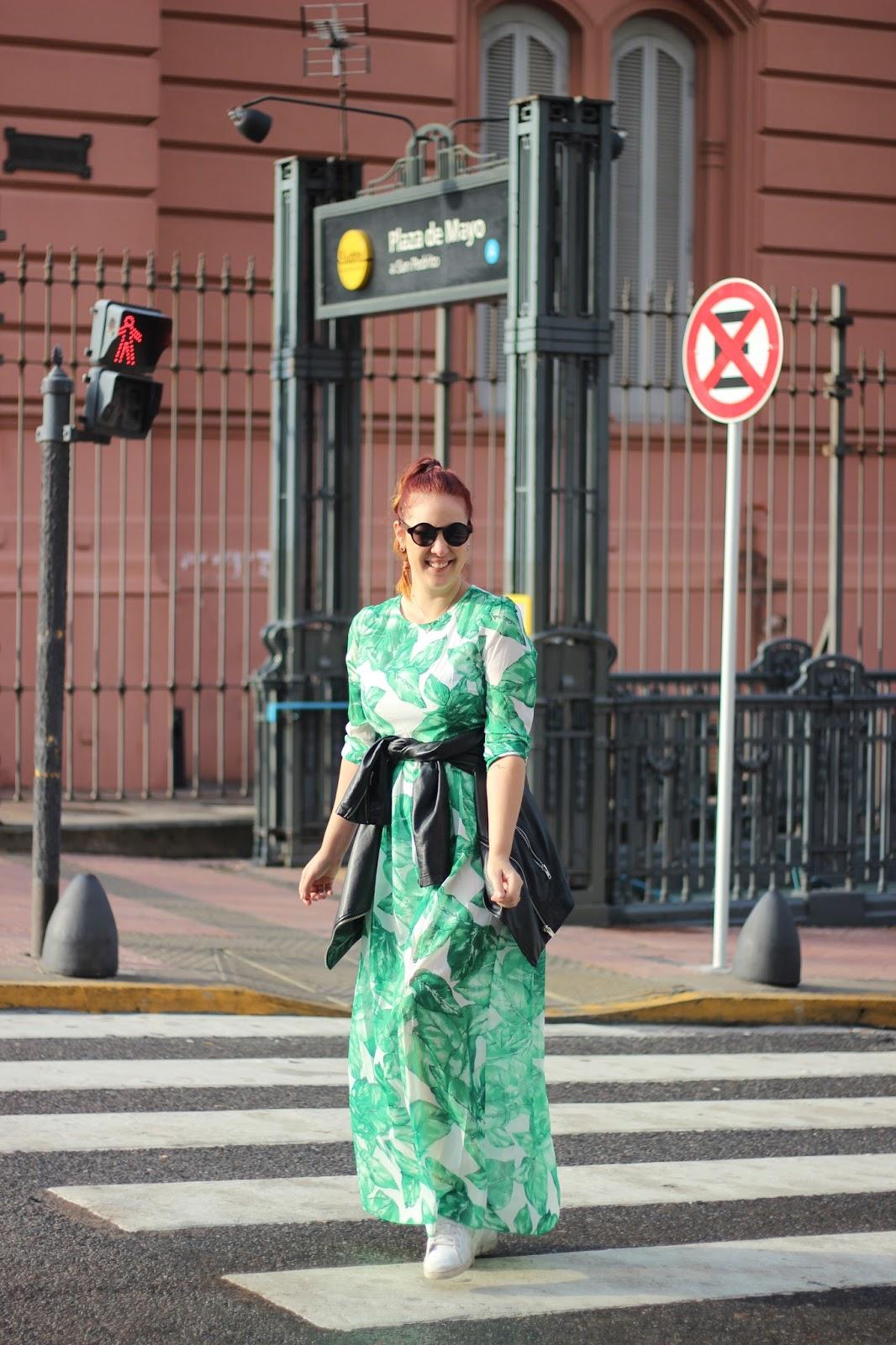 como vestir en otoño con estampados tropicales