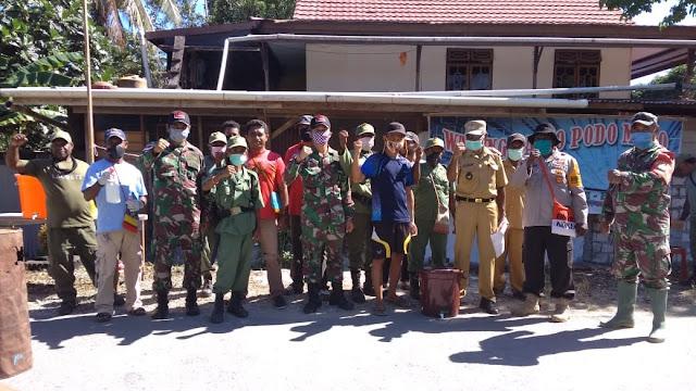 Satgas Raider 300 Laksanakan Penyemprotan Kepada Masyarakat Yang Keluar Masuk Kampung