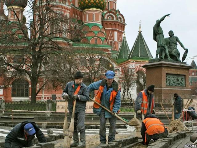 тенденция: чем больше мигрантов устраиваются в россии, тем больше россиян уезжают работать за границу