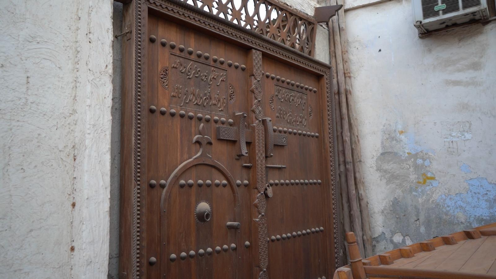 صناعة الأبواب التراثية البحرينية
