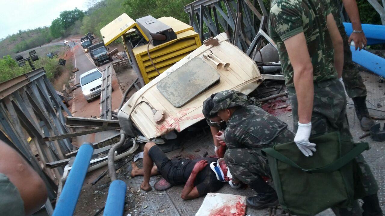 Caminhão tomba na Ponte metálica no município de Batalha e deixa várias pessoas feridas