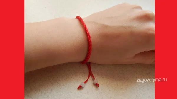 Красная нить на руке, на пачке купюр и кошельке. Как богатые с помощью нее богатеют