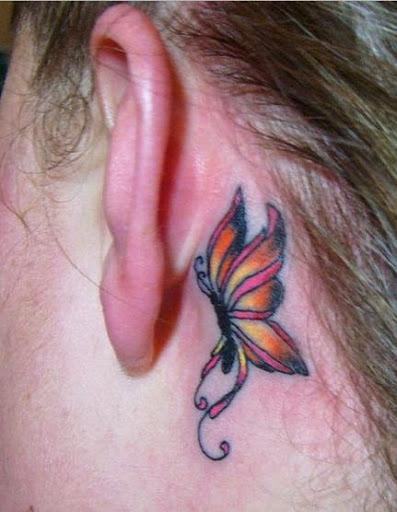 Uma tatuagem de borboleta para as mulheres na parte de trás da orelha