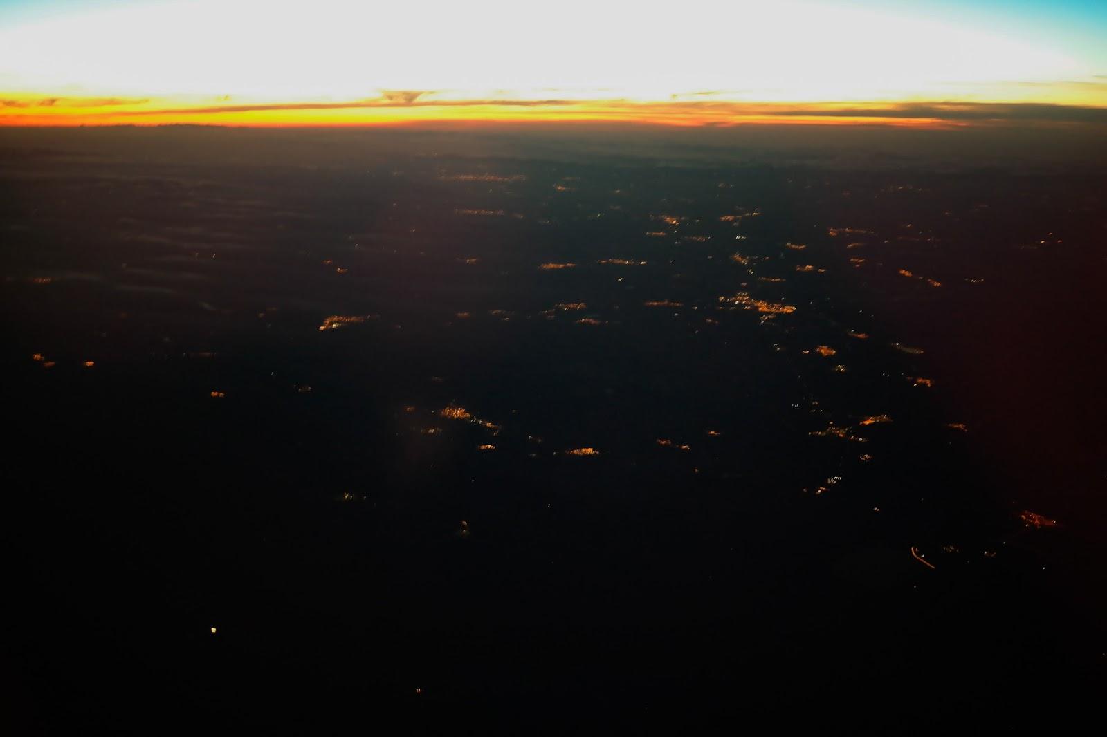Widok oświetlonego miasta z lotu ptaka.
