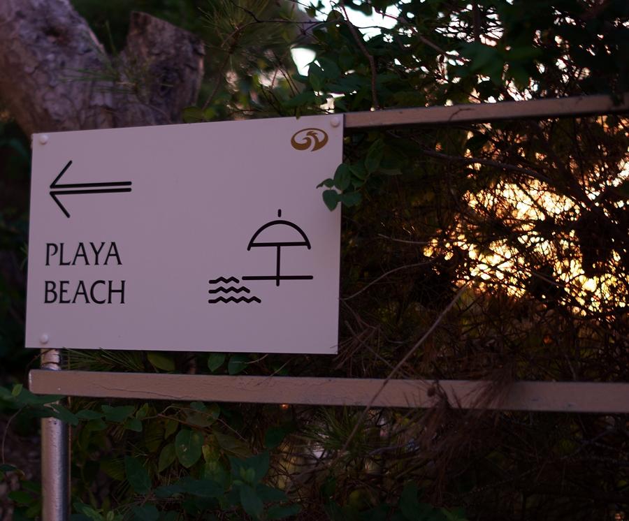Blog + Fotografie by it's me fim.works - La Isla Blanca Ibiza, Cala Llonga, Schild zum Strand