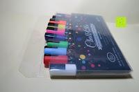 Verpackung öffnen: Kreidemarker – 10er Pack neonfarbene Markerstifte. Für Whiteboard, Kreidetafel, Fenster, Tafel, Bistros – 6mm Kugelspitze mit 8 Gramm Tinte