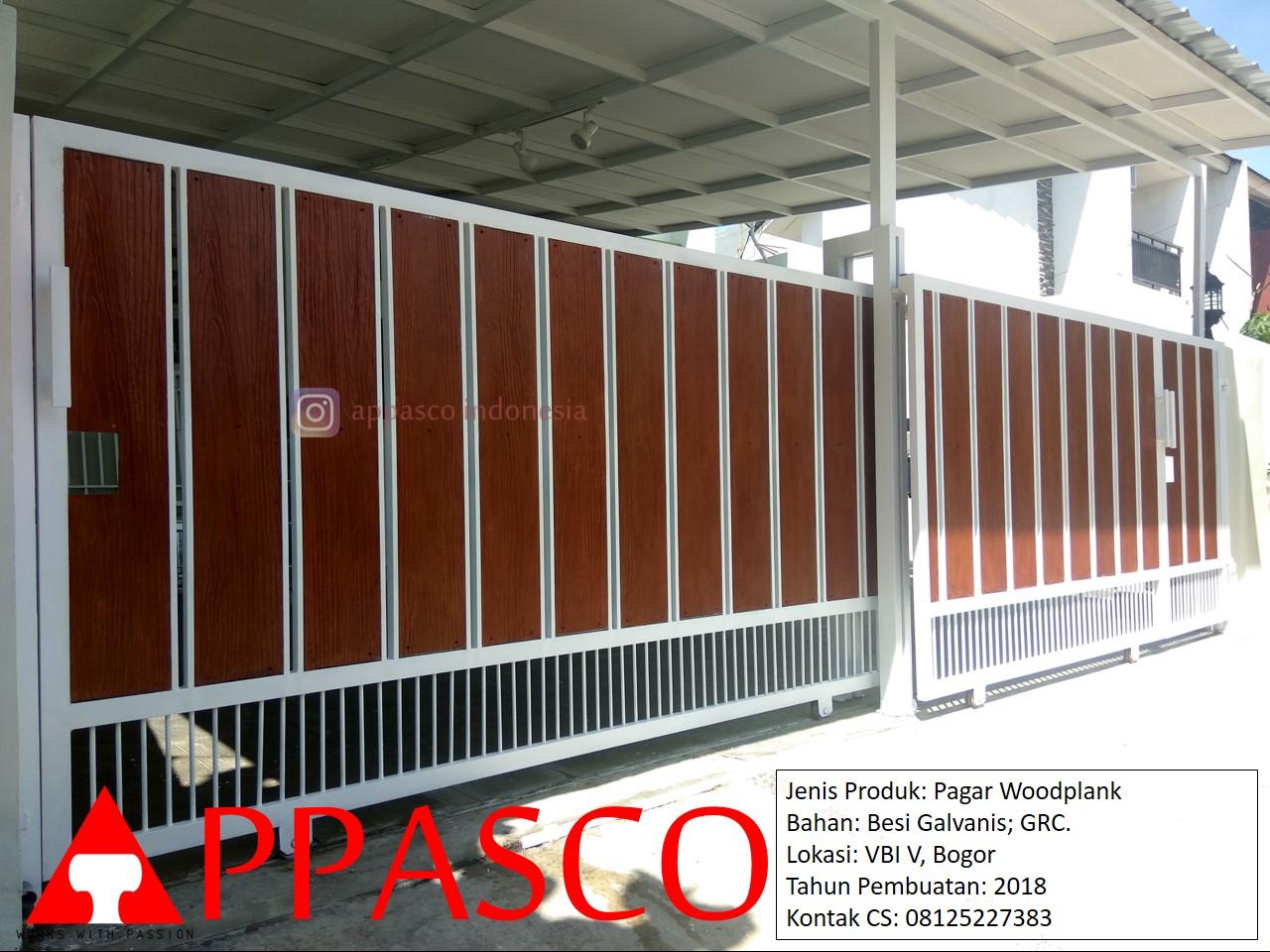 Pagar Woodplank Putih Minimalis Besi Galvanis Warna Putih Coklat di Villa Bogor Indah