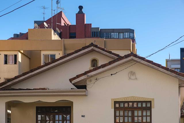 Casa com capelinha e ornamento de ferro - detalhe