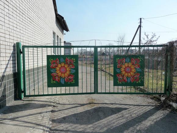 Петріківка. Ворота прикрашені петріківським розписом