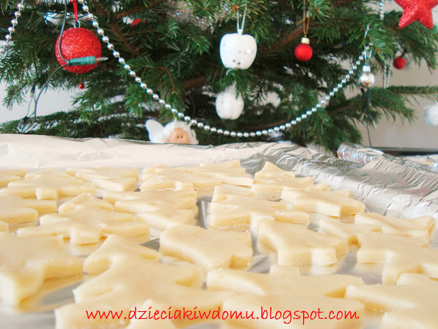pieczenie ciasteczek na Boże narodzenie z dziećmi