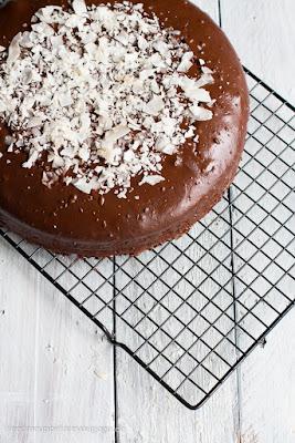 Schokoladiger Kokos Kuchen gefüllt mit einer Kokosnusscreme.