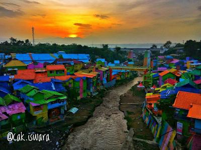 Sore hari di Kampung Warna-Warni diambil dari jembatan Brantas. Foto oleh @cak.iswara
