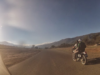 Andar sem capacete é prática comum na Bolívia.