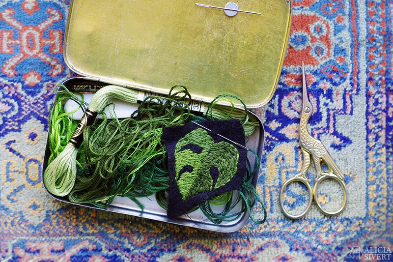 aliciasivert alicia sivertsson skapa skapande kreativitet embroidery broderi hand fritt frihandsbroderi brodera broderad brosch brooch sy sytt sömnad schattérsöm grönt garn broderigarn mouliné monstera deliciosa blad leaf löv