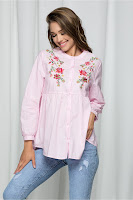 Camasa Ekaterina roz accesorizata cu broderie florala •