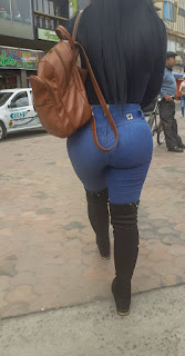 Bonita morena sexys curvas marcando tanga jeans