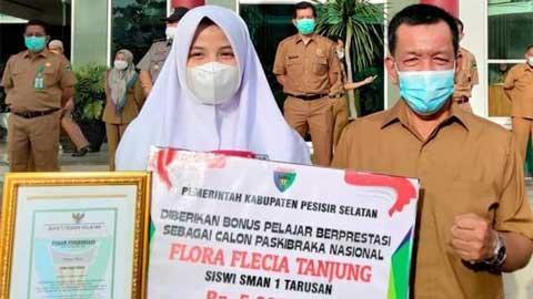 Rusma Yul Anwar menyerahkan piagam penghargaan kepada Flora Flecia Tanjung