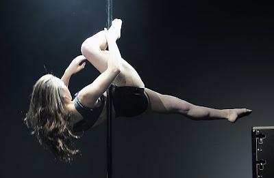 Mulher praticando o pole dance