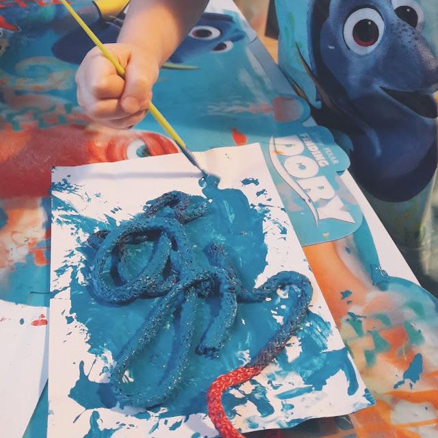 kolorujemy sznurek na niebiesko