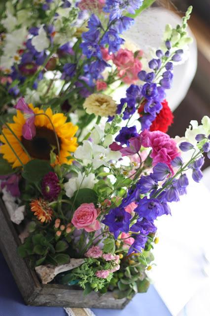 Bunte Wiesenblumen-Hochzeit im August, Riessersee Hotel Garmisch-Partenkirchen, Bayern, Hochzeitslocation, Wedding in Bavaria, wild flowers wedding scheme