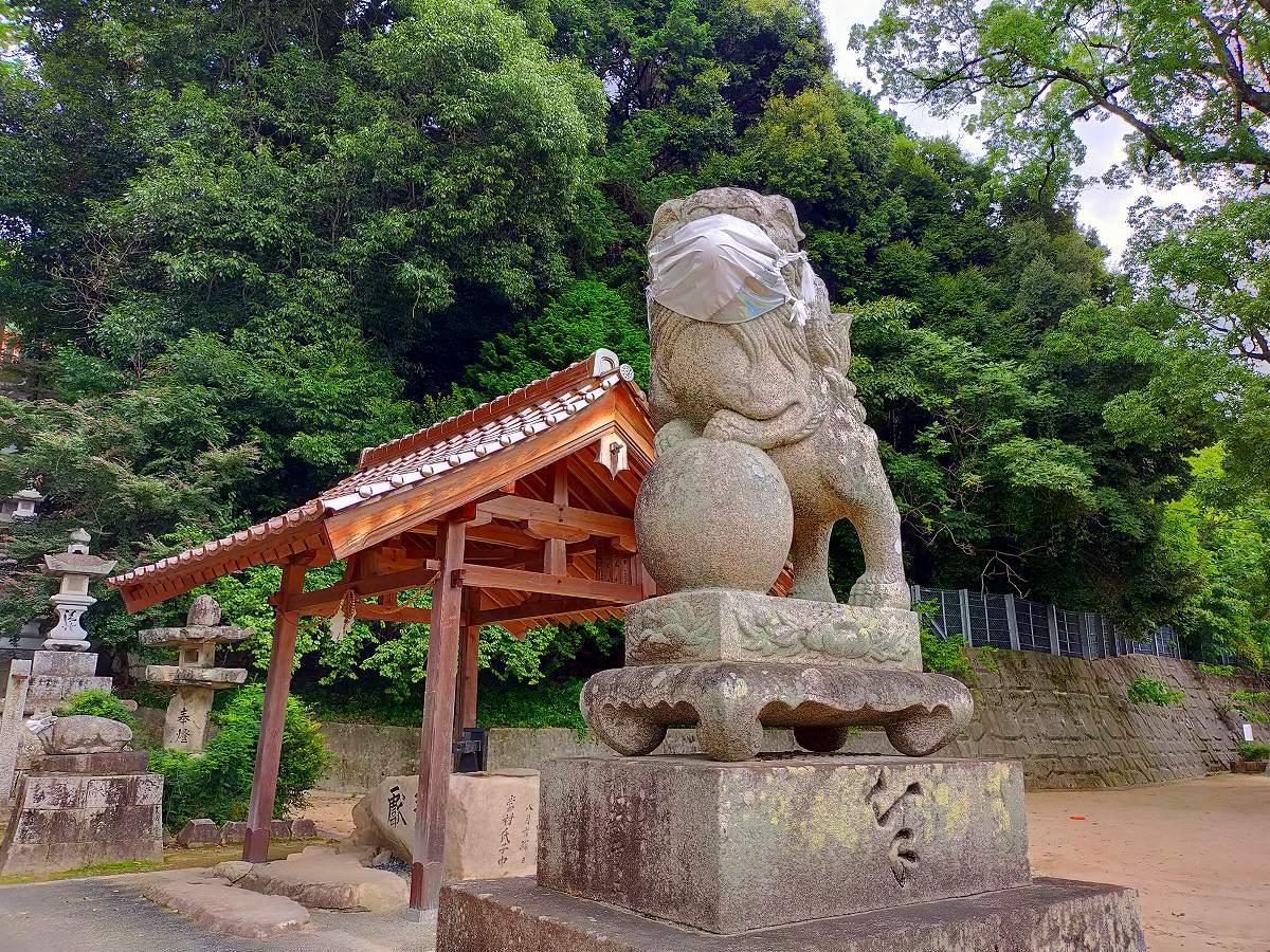 田中山神社のマスクを着けた狛犬。