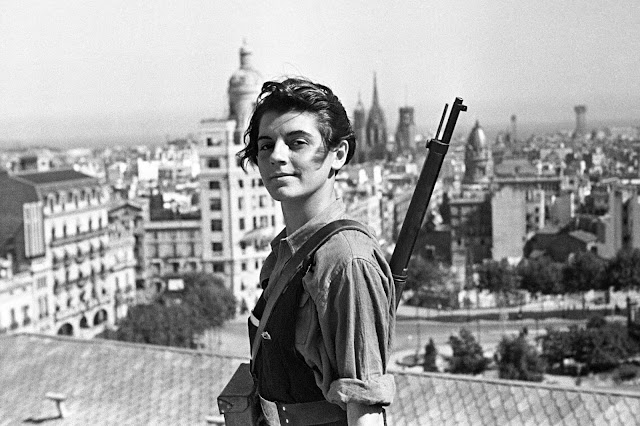 Iconic photo of Marina Ginestà i Coloma by Juan Guzmán on top of the Hotel Colón in Barcelona.