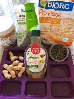 Ingrédients pour faire les barres de céréales et graines au beurre de cacahuètes sans cuisson