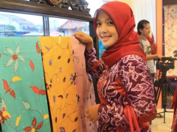 Mulai Dari Bisnis Kain Kafan Hingga Batik Yang Membuat Wanita Muda