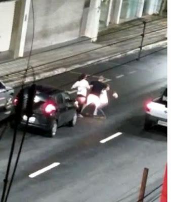 Mulher é agredida no meio rua após discussão de trânsito em  Registro-SP