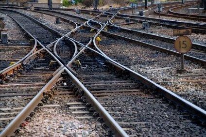 rieles de tren entrecruzados