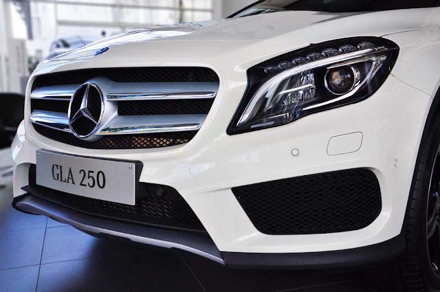 Phần đầu xe Mercedes GLA 250 4MATIC 2017 được làm nổi bật lên nhờ các đường gân dập nội trên nắp capo