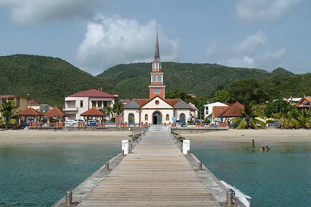Le village des Anses-d'Arlet avec son quai et son église