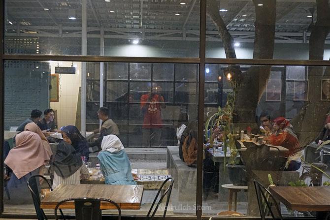 Pengunjung di area luar kedai kopi