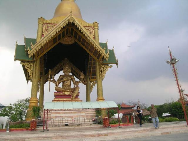 Patung Budha dengan empat wajah