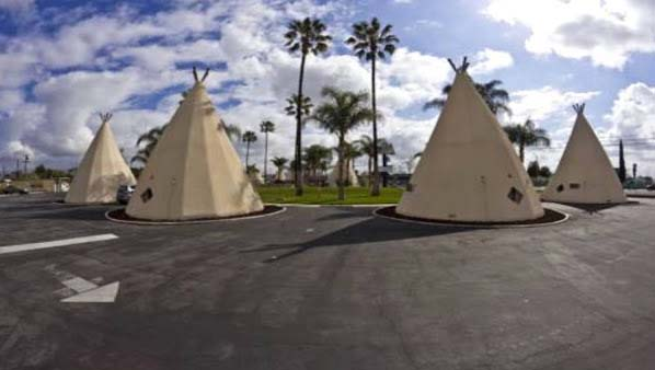 You may not find Wigwam Motel extravagance; however, it provides separate teepees, which are comfy and pleasant. Frank Redford, who was inspired by the culture of local Americans, started constructing these motels in 1930s from corner to corner of America. However, only 3 exists these days.