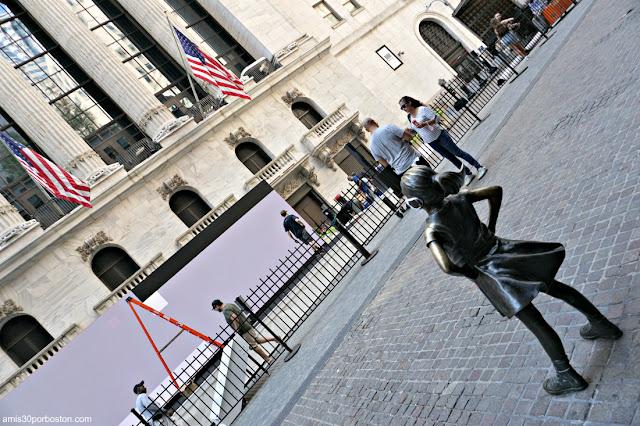 Niña sin Miedo o Fearless Girl frente al New York Stock Exchange