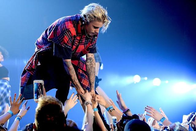 Justin Bieber le pide a sus fans que dejen de gritar durante un concierto (VIDEO)