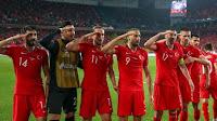 Η φανέλα για τη Γενοκτονία ενοχλούσε ΕΠΟ και UEFA. Τώρα με τον στρατιωτικό χαιρετισμό των Τούρκων;