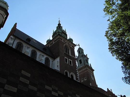 Kraków. Katedra Wawelska. Na pierwszym planie góruje Wieża Zygmuntowska, a za nią Wieża Zegarowa.