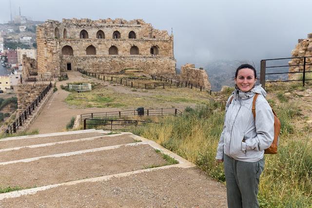 Lena en la parte superior del castillo de Al-Karak con la galería de los cruzados al fondo, Jordania