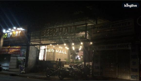 Nhiều hàng quán ở TP.HCM vẫn cố tình 'lách luật' bằng cách 'đóng cửa trước mở cửa bên' hoặc tắt đèn đón khách